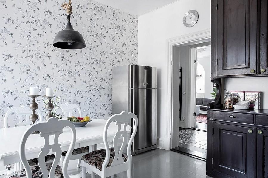 Papier peint léger avec un motif rare sur le mur de la cuisine