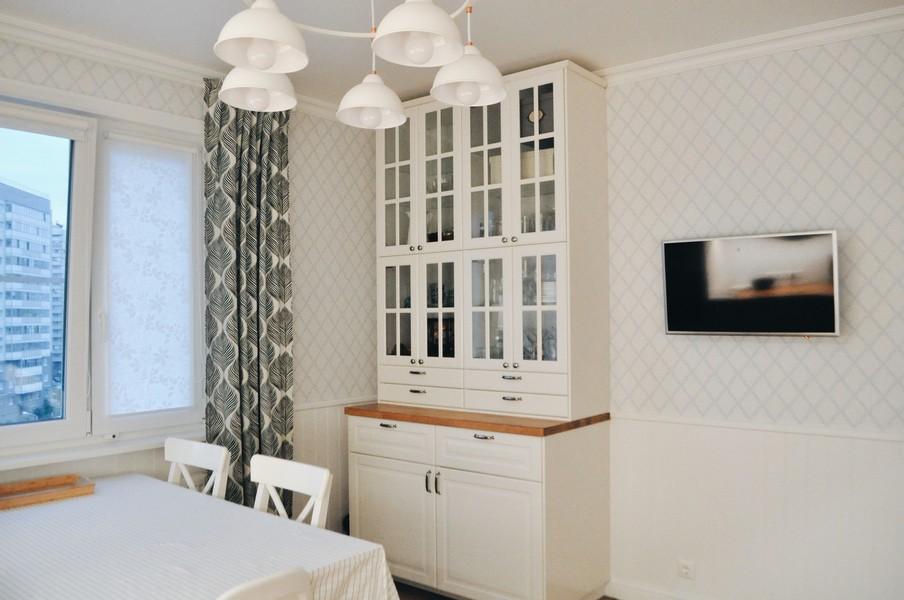 Papier peint blanc dans une cuisine lumineuse