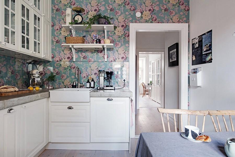 Papier peint à fleurs dans la cuisine avec des meubles blancs