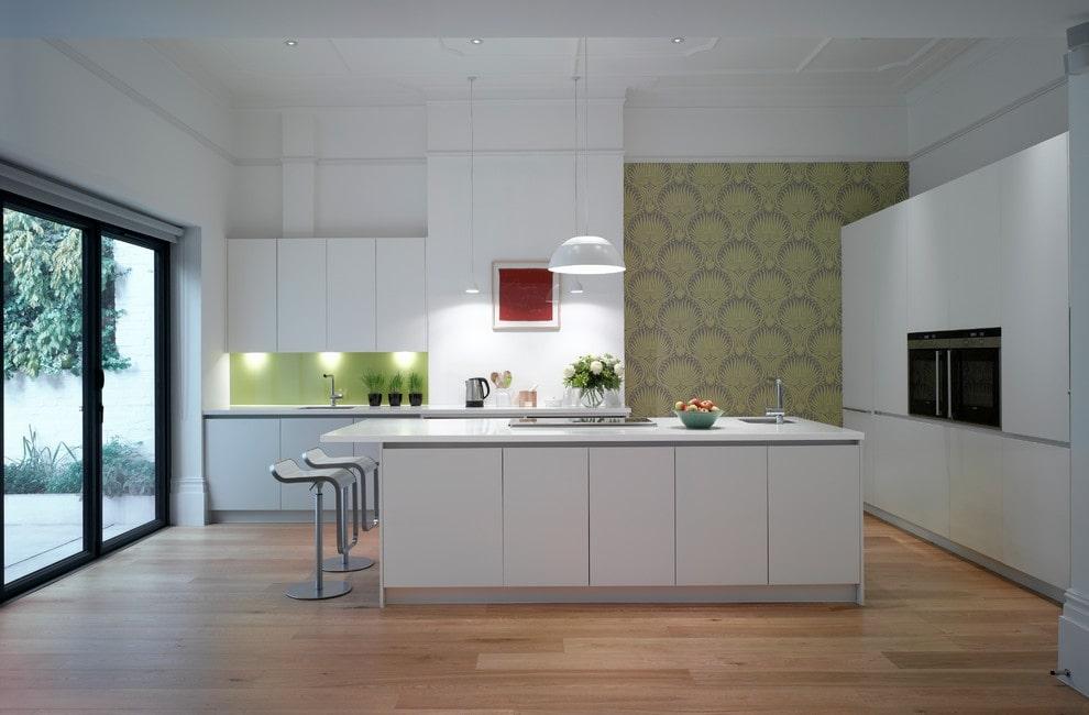 Papier peint vert avec un ornement sur le mur de la cuisine dans un style moderne
