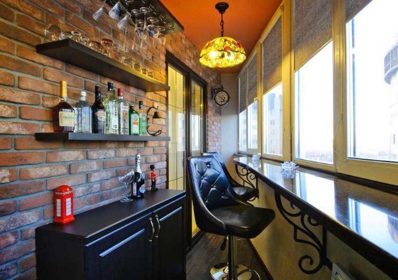 Quầy bar trên ban công cách nhiệt của một căn hộ thành phố