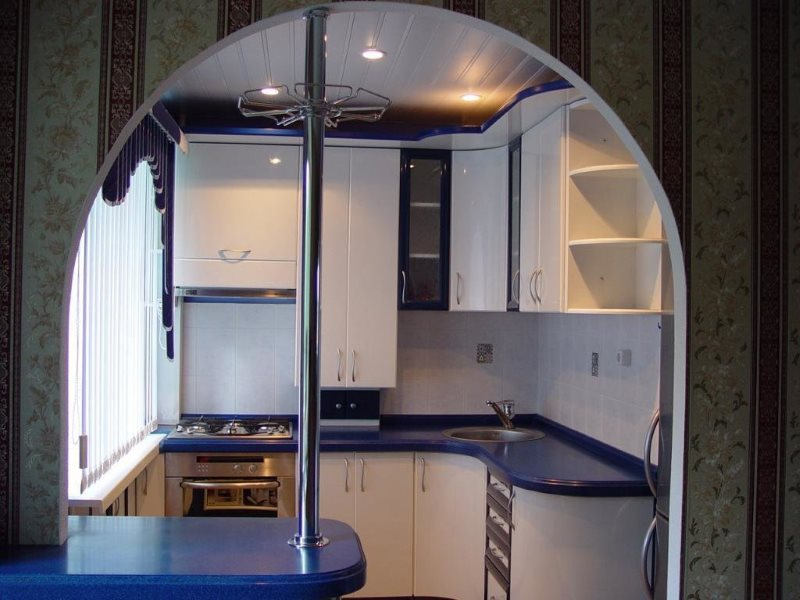 L'intérieur d'une petite cuisine avec une barre de petit déjeuner