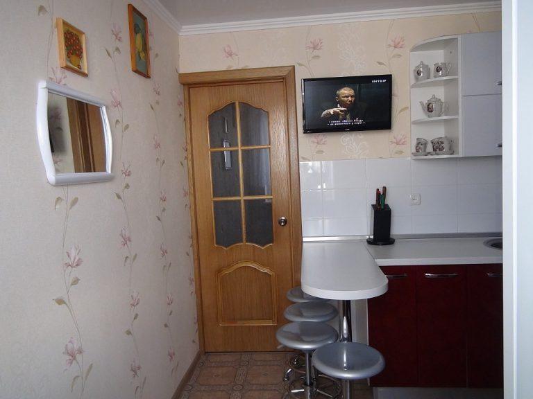 Bar blanc dans une petite cuisine