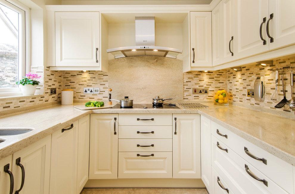 Configuration en U de cuisine blanche