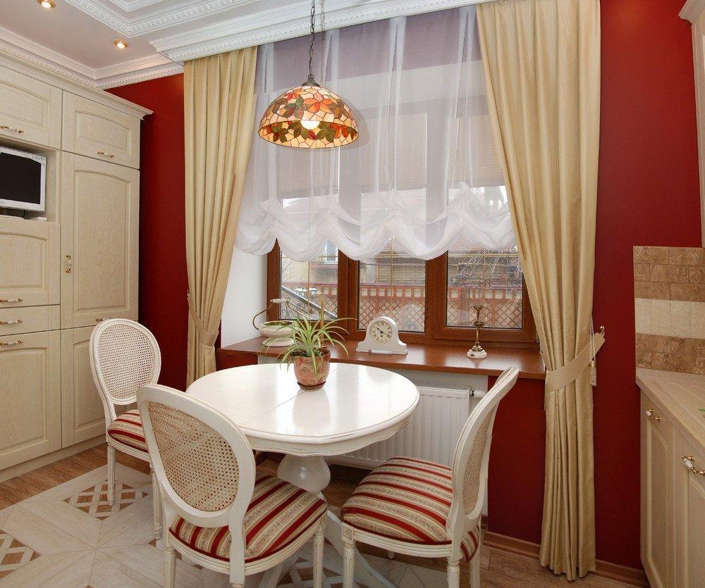 نافذة الديكور مع الستائر الكلاسيكية في مطبخ صغير