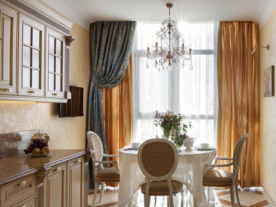 المطبخ الضيق مع ستائر الساتان على النافذة