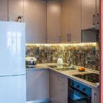 Bucătărie cu colț mic cu frigider