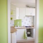 Deschideți ușa către o bucătărie mică