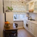 Cortina romană pe fereastră, într-o bucătărie îngustă