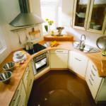 Interiorul unei mici bucătării de formă non-standard