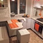 Canapea mică într-o bucătărie mică