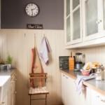 Ceas pe peretele cenușiu al bucătăriei dintr-un apartament din oraș