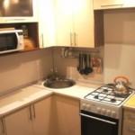 Fierbător pe o sobă pe gaz într-o bucătărie mică