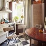 Scaune de grădină în interiorul bucătăriei