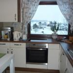 Perdele ușoare pe fereastra bucătăriei