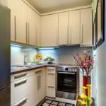 Bucătărie îngustă cu dulapuri până la tavan