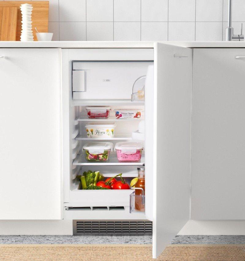 Porte ouverte du réfrigérateur horizontal dans la cuisine de Khrouchtchev