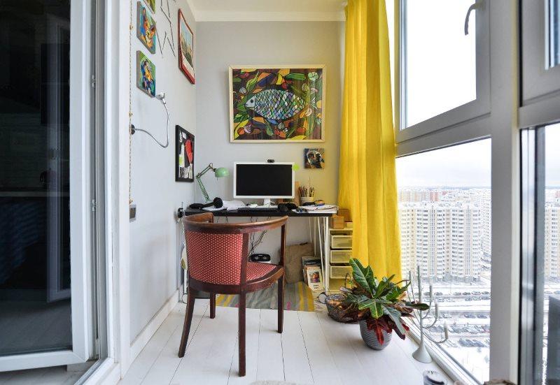 Bức màn màu vàng trên cửa sổ của nghiên cứu trên ban công