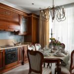 الأثاث البني في المطبخ الكلاسيكي