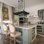مطبخ كلاسيكي مع جزيرة وشرفة
