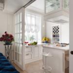 ستارة خفيفة في المطبخ مع جدران بيضاء