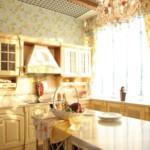 إضاءة المطبخ مشرقة مع نافذة على الجانب المشمس من المنزل