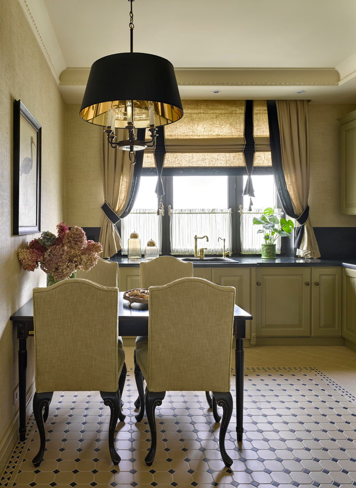 مزيج من الستائر الكلاسيكية مع نموذج روماني على نافذة المطبخ