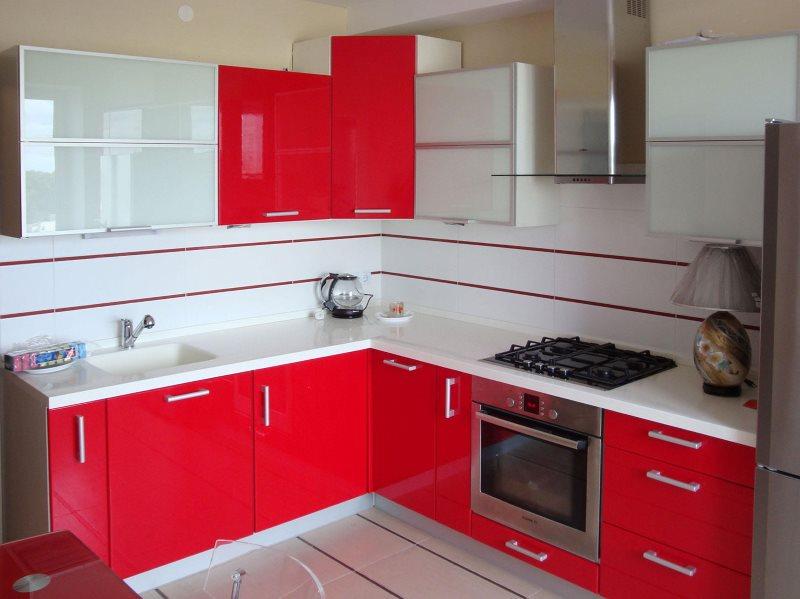 Suite rouge dans une petite cuisine Khrouchtchev