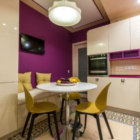 Ghế màu vàng trong khu vực ăn uống của nhà bếp