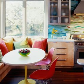 Gối nhiều màu trên ghế sofa góc