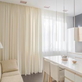 Rèm cửa màu be trong phòng khách nhà bếp sáng sủa