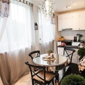 phòng khách nhà bếp với hai cửa sổ