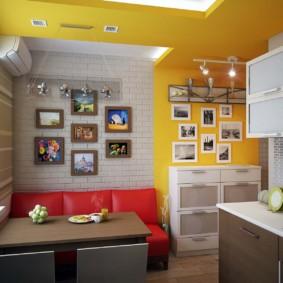 Sofa đỏ trong nhà bếp với những bức tường màu vàng