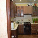 Ensemble brun dans une cuisine compacte