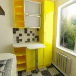 Meubles jaunes dans une petite cuisine