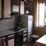 Réfrigérateur bas près de la fenêtre de la cuisine