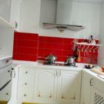 Tablier rouge dans une cuisine blanche