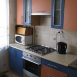 Bouilloire noire sur le plan de travail de la cuisine