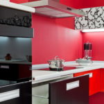 Couleur rouge à l'intérieur de la cuisine