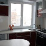 Évier devant la fenêtre de la cuisine sans rideaux