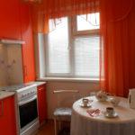 Tulle rouge sur la fenêtre de la cuisine