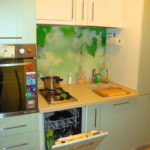 Lave-vaisselle sous la table de cuisson