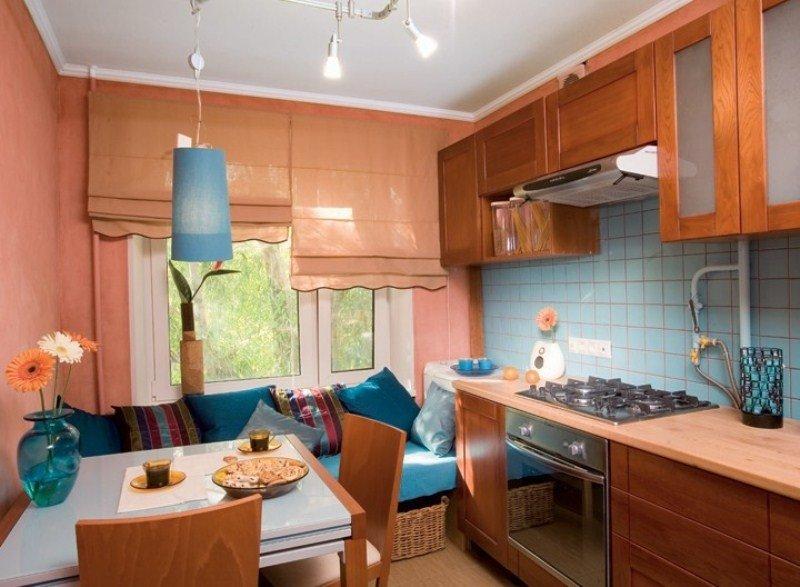 Nhà bếp rộng 9 mét vuông với ghế sofa trực tiếp