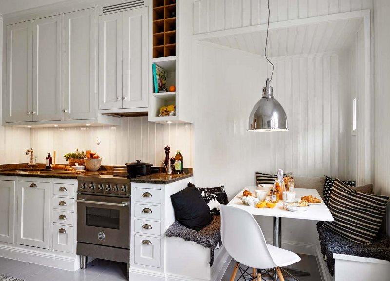 Khu vực ăn uống nhà bếp với ghế dài thoải mái