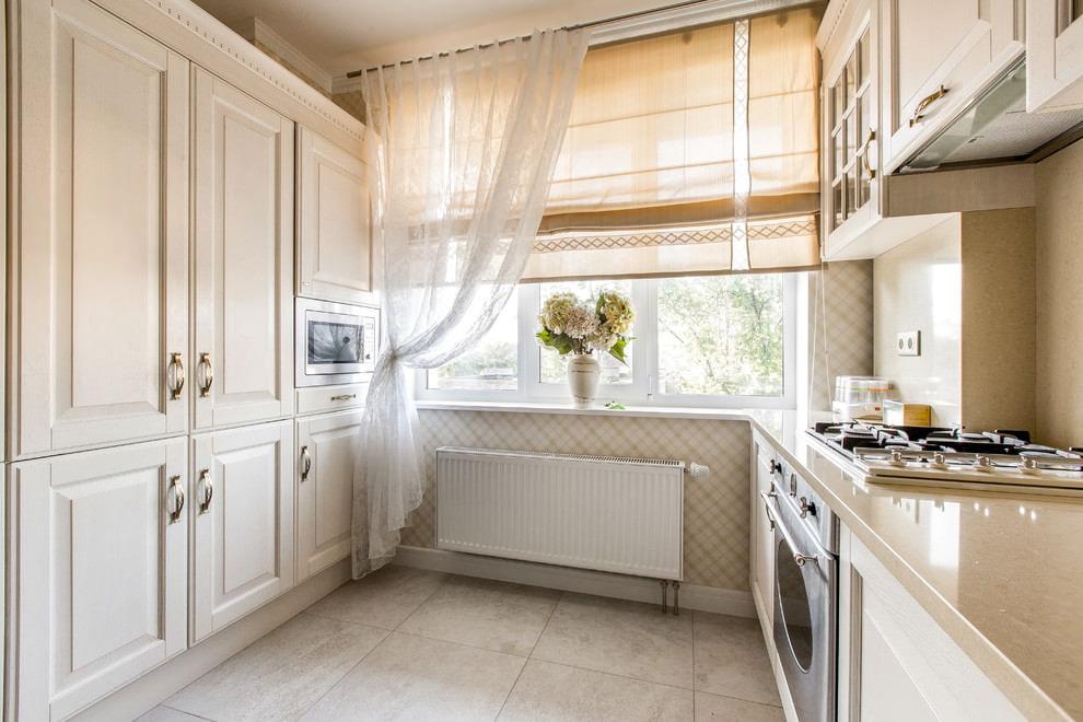 ستائر كلاسيكية فاتحة على نافذة المطبخ في لوحة منزل
