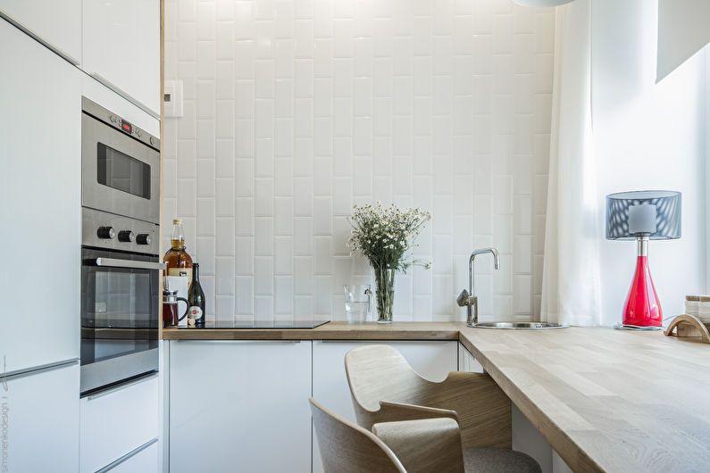 Aparate încorporate într-o bucătărie albă care măsoară 6 pătrate