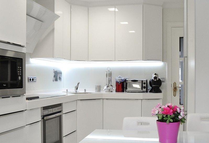 Bucătărie de înaltă tehnologie albă ca zăpada, cu o suprafață de 6 metri pătrați