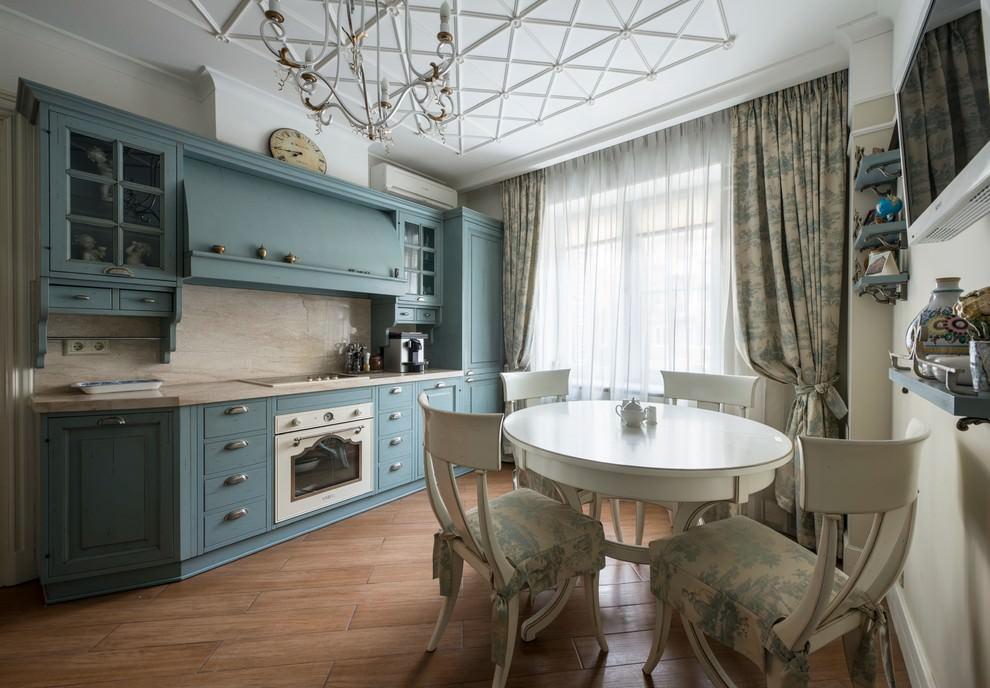 ستائر قماش كلاسيكية على نافذة المطبخ