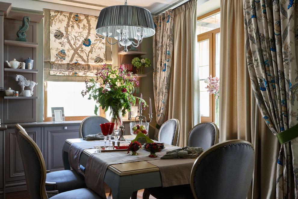 مزيج من الستائر المختلفة في المطبخ الكلاسيكي الحديث