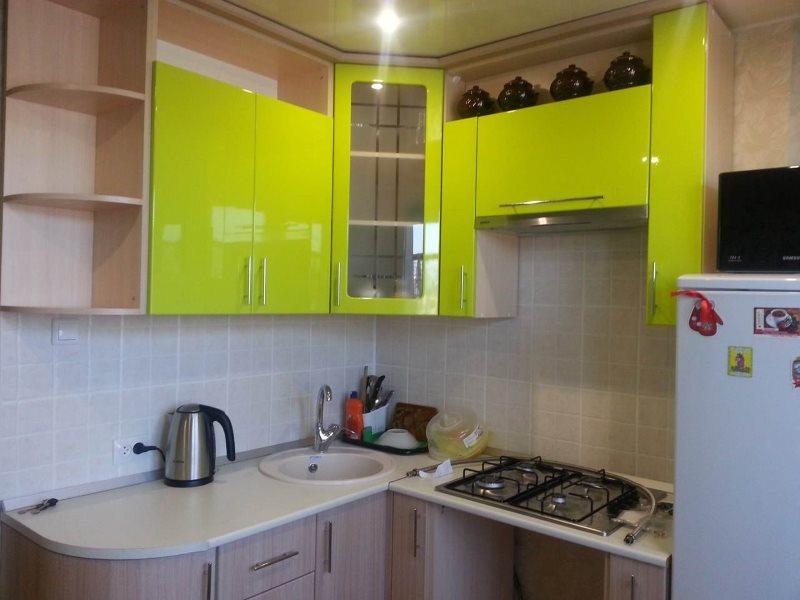 Fațade verzi de dulapuri suspendate pentru un set de bucătărie